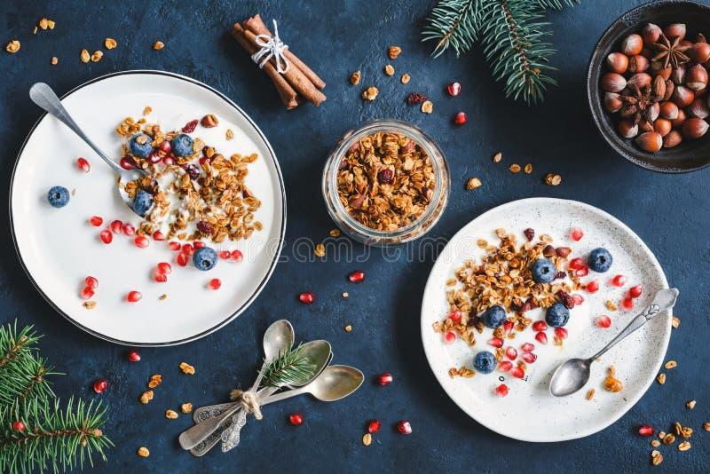 Πρόγευμα με το σπιτικό granola, το ρόδι και το γιαούρτι των βακκίνιων στοκ εικόνα με δικαίωμα ελεύθερης χρήσης