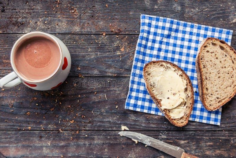 Πρόγευμα με το τεμαχισμένα ψωμί και το φλυτζάνι του κακάου στοκ φωτογραφίες με δικαίωμα ελεύθερης χρήσης
