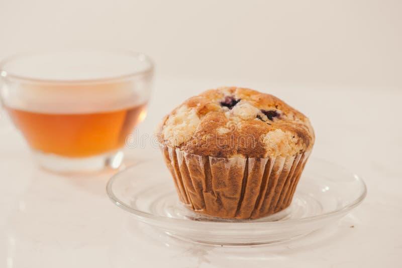 Πρόγευμα με φρέσκα σπιτικά εύγευστα muffins και το τσάι στοκ φωτογραφία