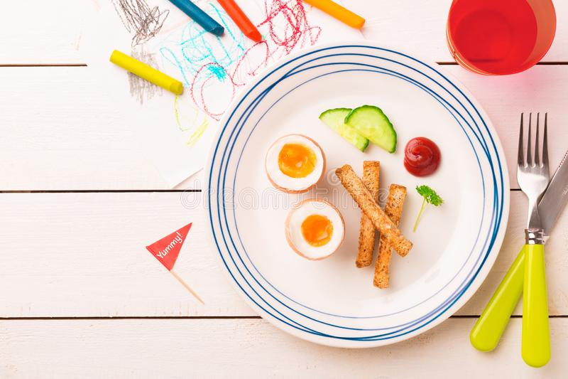 Πρόγευμα παιδιού - αυγά, φρυγανιές, αγγούρι και κέτσαπ στοκ φωτογραφίες