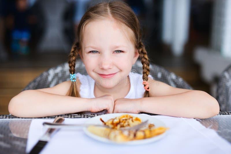 πρόγευμα που τρώει το κορίτσι ελάχιστα στοκ εικόνες με δικαίωμα ελεύθερης χρήσης