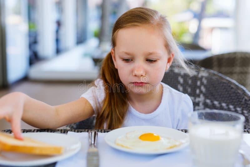 πρόγευμα που τρώει το κορίτσι ελάχιστα στοκ φωτογραφίες με δικαίωμα ελεύθερης χρήσης