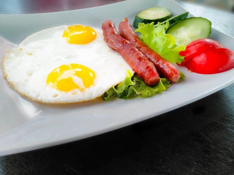 Πρόγευμα πρωινού με τα ανακατωμένα λουκάνικα και τα λαχανικά αυγών στοκ εικόνες