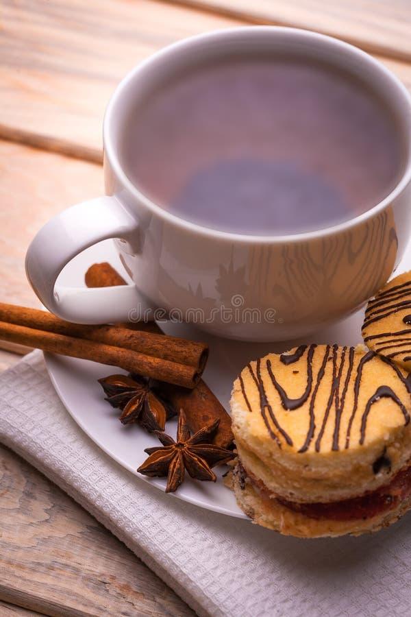 Πρόγευμα πρωινού. τσάι και φρέσκες ζύμες στοκ εικόνες