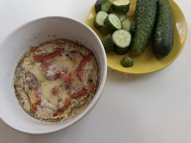Πρόγευμα σε μια βιασύνη Ανακατωμένα αυγά με το τυρί και την ντομάτα αγγούρια φρέσκα στοκ φωτογραφία με δικαίωμα ελεύθερης χρήσης