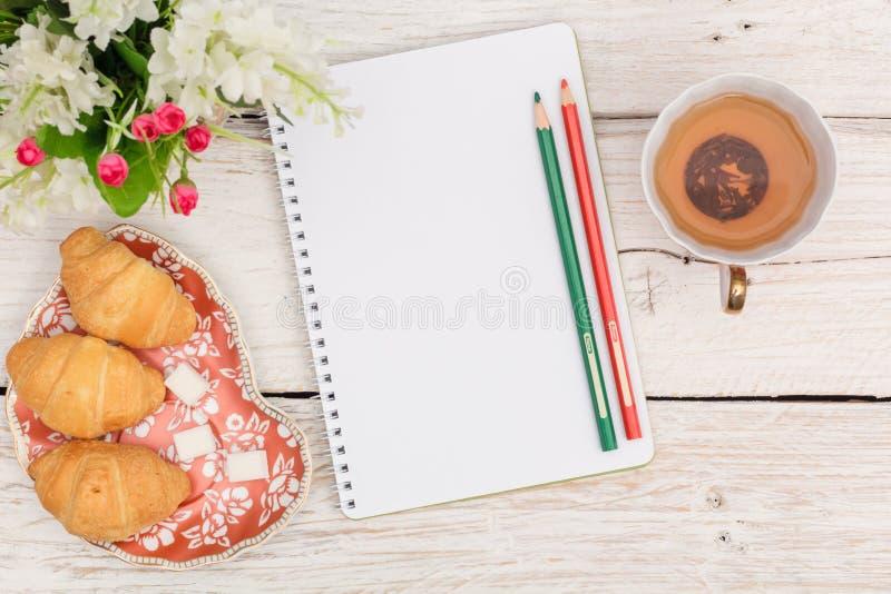 Πρόγευμα, σημειώσεις και λουλούδια στοκ φωτογραφίες με δικαίωμα ελεύθερης χρήσης
