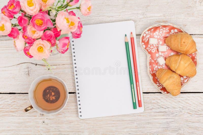 Πρόγευμα, σημειώσεις και λουλούδια στοκ εικόνα με δικαίωμα ελεύθερης χρήσης