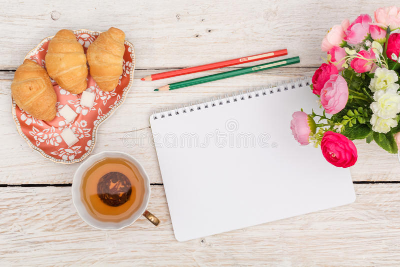 Πρόγευμα, σημειώσεις και λουλούδια στοκ φωτογραφία με δικαίωμα ελεύθερης χρήσης