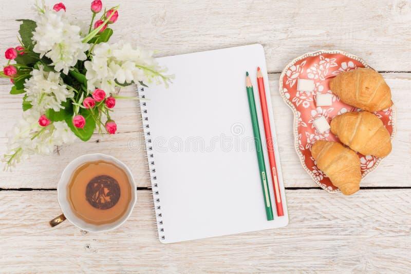 Πρόγευμα, σημειώσεις και λουλούδια στοκ φωτογραφίες