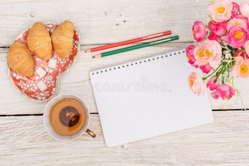 Πρόγευμα, σημειώσεις και λουλούδια στοκ φωτογραφία