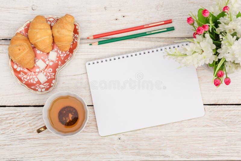 Πρόγευμα, σημειώσεις και λουλούδια στοκ εικόνες