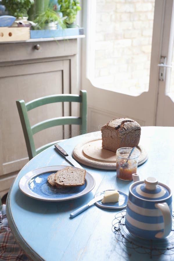 Πρόγευμα στον πίνακα κουζινών στοκ φωτογραφίες με δικαίωμα ελεύθερης χρήσης