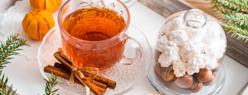 Πρόγευμα Χριστουγέννων, ζύμη με τα χειμερινά καρυκεύματα και το τσάι, κανέλα και tangerine σε έναν δίσκο στον πίνακα στοκ εικόνα με δικαίωμα ελεύθερης χρήσης