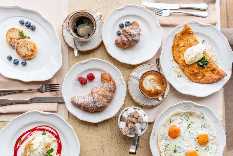 Πρόγευμα Croissants, καφές και πολλά διαφορετικά πιάτα στον πίνακα στο εστιατόριο Frittata - ιταλική ομελέτα στοκ φωτογραφίες