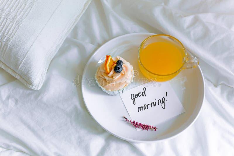 Πρόγευμα cupcake στο κρεβάτι στοκ εικόνες