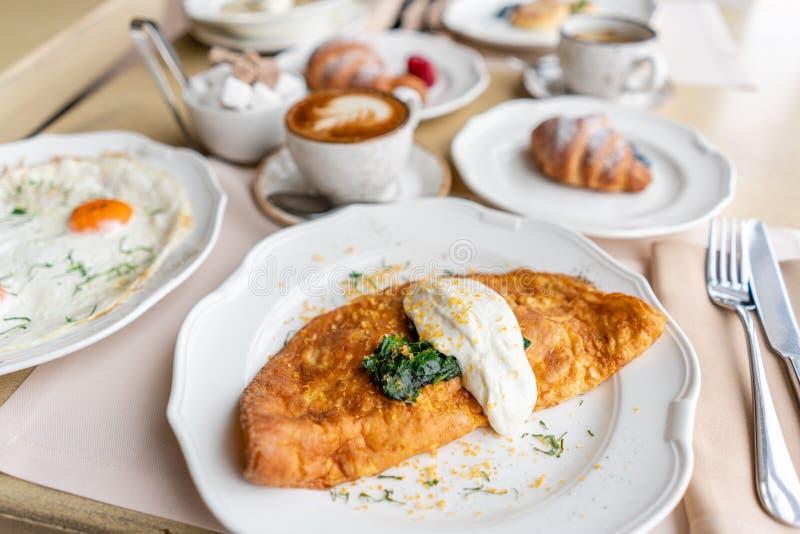 Πρόγευμα Frittata - ιταλική ομελέτα Ομελέτα με τις ντομάτες, το αβοκάντο, το σπανάκι και το μαλακό τυρί Croissants, καφές και στοκ φωτογραφίες με δικαίωμα ελεύθερης χρήσης