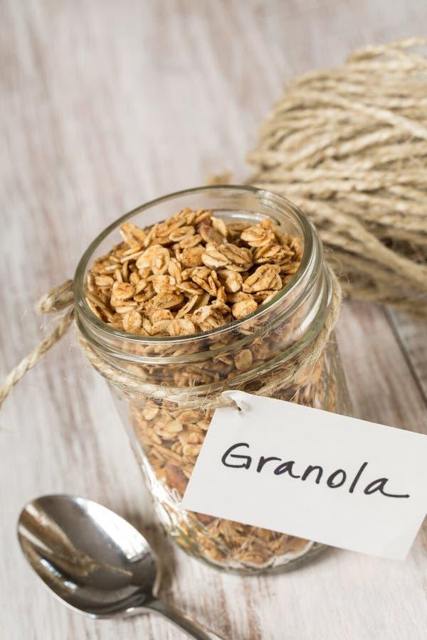 Πρόγευμα Granola αμυγδάλων με την ετικέττα στενό σε επάνω βάζων γυαλιού στοκ φωτογραφία