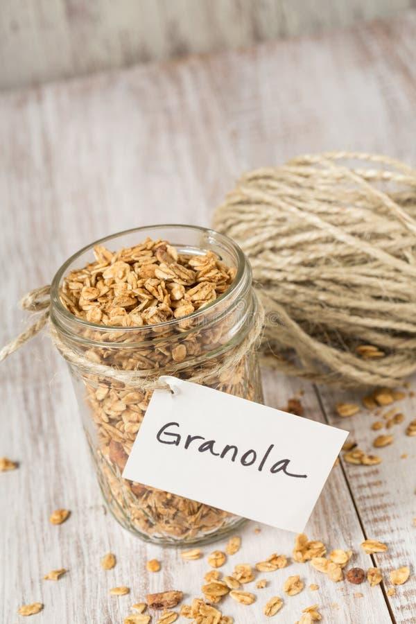 Πρόγευμα Granola αμυγδάλων με την ετικέττα στην κατακόρυφο βάζων γυαλιού στοκ φωτογραφία με δικαίωμα ελεύθερης χρήσης