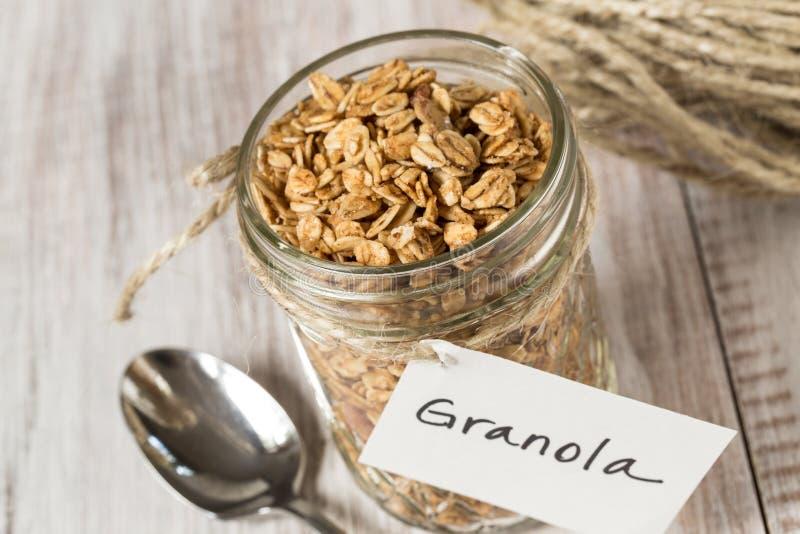 Πρόγευμα Granola αμυγδάλων με την ετικέττα στο βάζο γυαλιού οριζόντιο στοκ φωτογραφίες