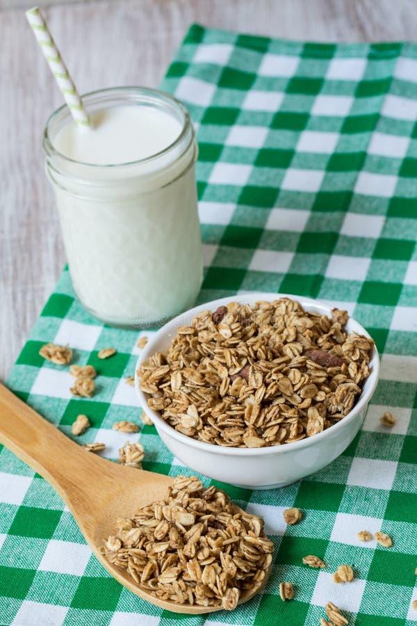 Πρόγευμα Granola αμυγδάλων με το ποτήρι του γάλακτος άνωθεν στοκ εικόνα με δικαίωμα ελεύθερης χρήσης