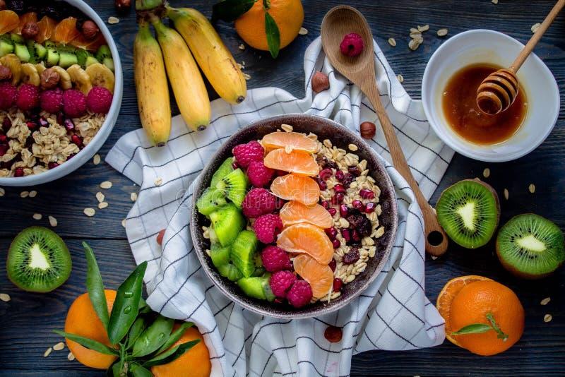 Πρόγευμα: oatmeal με το ακτινίδιο, τα σμέουρα, τους σπόρους chia και τα πορτοκάλια Τοπ όψη στοκ εικόνες