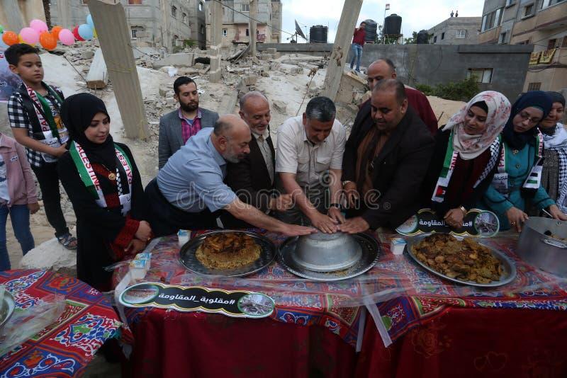 Πρόγευμα Ramadan πέρα από τα ερείπια των σπιτιών που κατεδαφίζονται με τα ισραηλινά πολεμικά αεροσκάφη κατά τη διάρκεια του τελευ στοκ φωτογραφίες