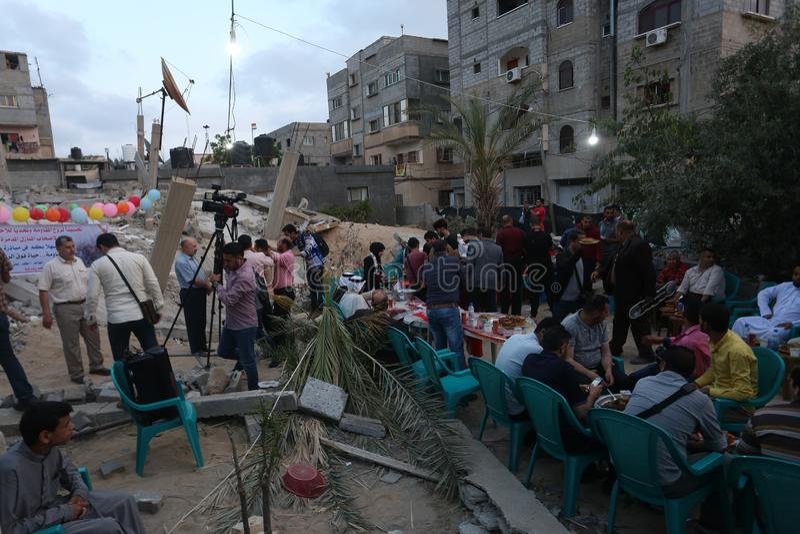 Πρόγευμα Ramadan πέρα από τα ερείπια των σπιτιών που κατεδαφίζονται με τα ισραηλινά πολεμικά αεροσκάφη κατά τη διάρκεια του τελευ στοκ φωτογραφίες με δικαίωμα ελεύθερης χρήσης