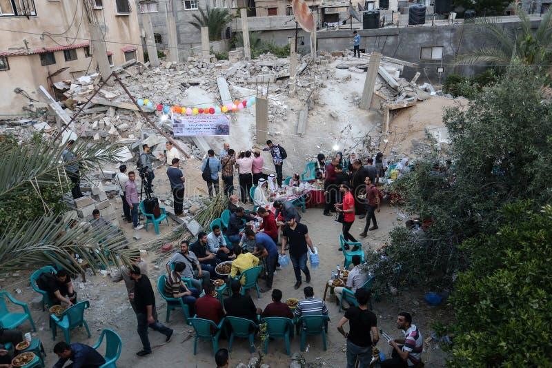 Πρόγευμα Ramadan πέρα από τα ερείπια των σπιτιών που κατεδαφίζονται με τα ισραηλινά πολεμικά αεροσκάφη κατά τη διάρκεια του τελευ στοκ φωτογραφία με δικαίωμα ελεύθερης χρήσης
