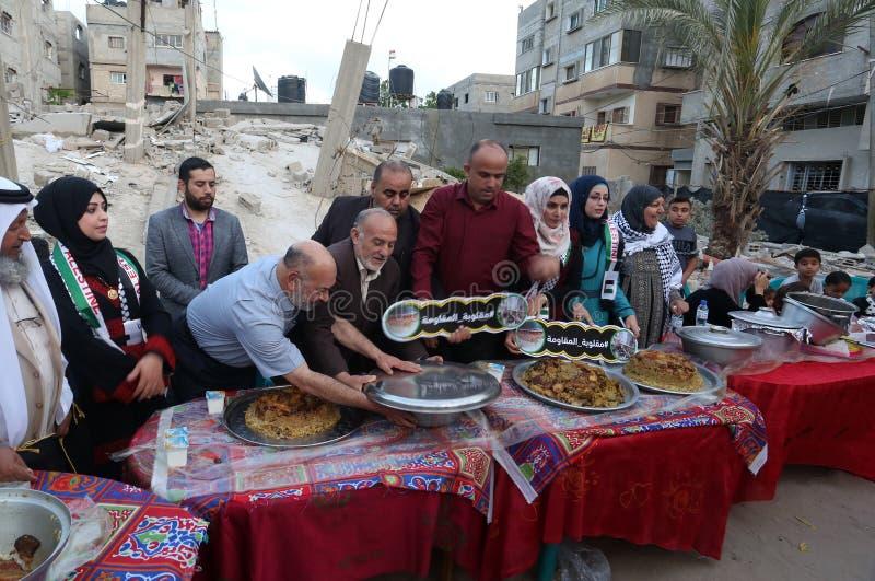 Πρόγευμα Ramadan πέρα από τα ερείπια των σπιτιών που κατεδαφίζονται με τα ισραηλινά πολεμικά αεροσκάφη κατά τη διάρκεια του τελευ στοκ εικόνες με δικαίωμα ελεύθερης χρήσης