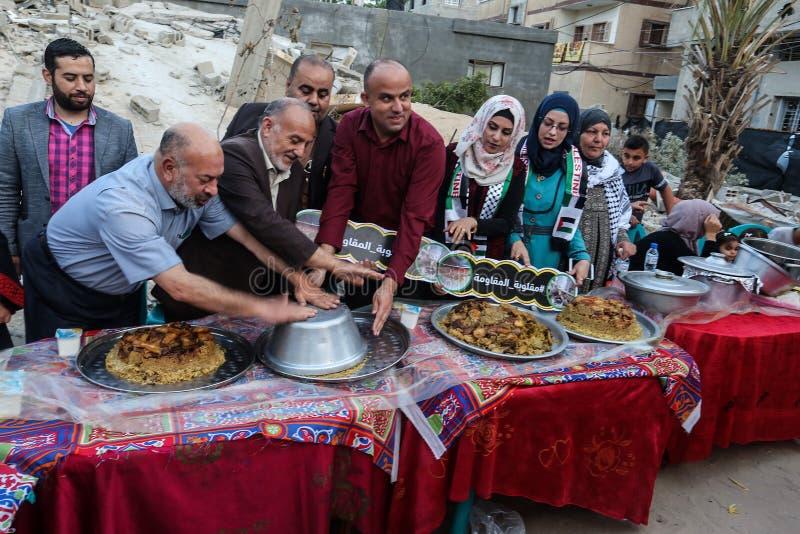 Πρόγευμα Ramadan πέρα από τα ερείπια των σπιτιών που κατεδαφίζονται με τα ισραηλινά πολεμικά αεροσκάφη κατά τη διάρκεια του τελευ στοκ εικόνα με δικαίωμα ελεύθερης χρήσης