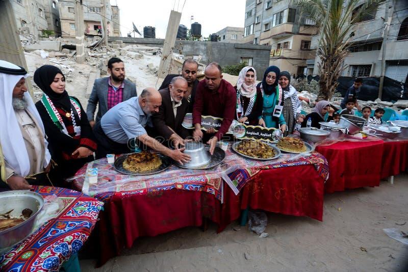Πρόγευμα Ramadan πέρα από τα ερείπια των σπιτιών που κατεδαφίζονται με τα ισραηλινά πολεμικά αεροσκάφη κατά τη διάρκεια του τελευ στοκ εικόνα