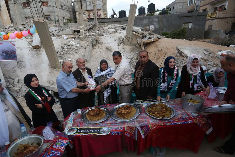Πρόγευμα Ramadan πέρα από τα ερείπια των σπιτιών που κατεδαφίζονται με τα ισραηλινά πολεμικά αεροσκάφη κατά τη διάρκεια του τελευ στοκ εικόνες