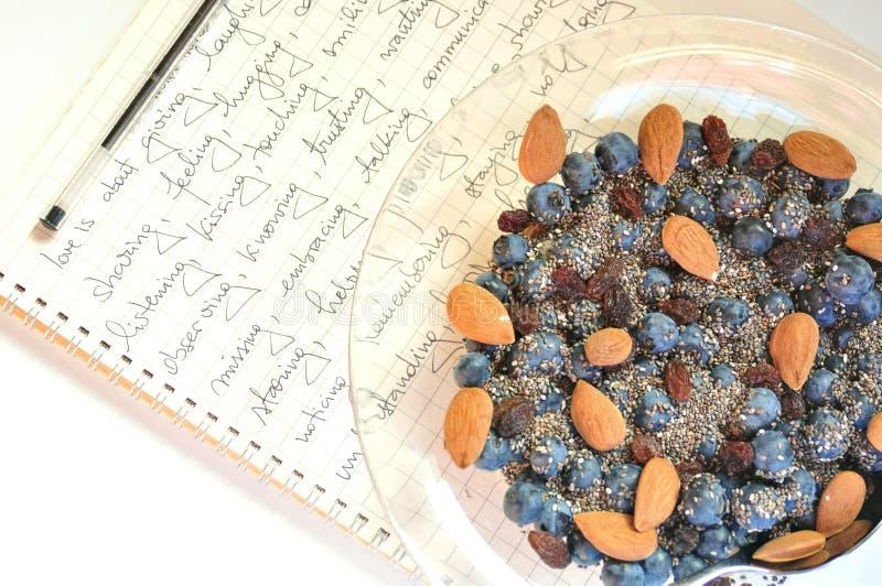 Πρόγευμα Vegan με τα μούρα και τους σπόρους στοκ εικόνα