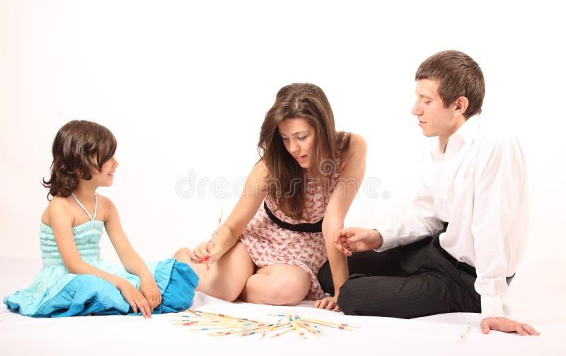 Πρόγονοι που παίζουν το mikado με τη μικρή κόρη τους στοκ φωτογραφία