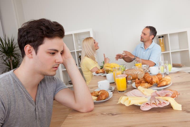 Πρόγονοι που υποστηρίζουν στην κουζίνα στοκ εικόνα