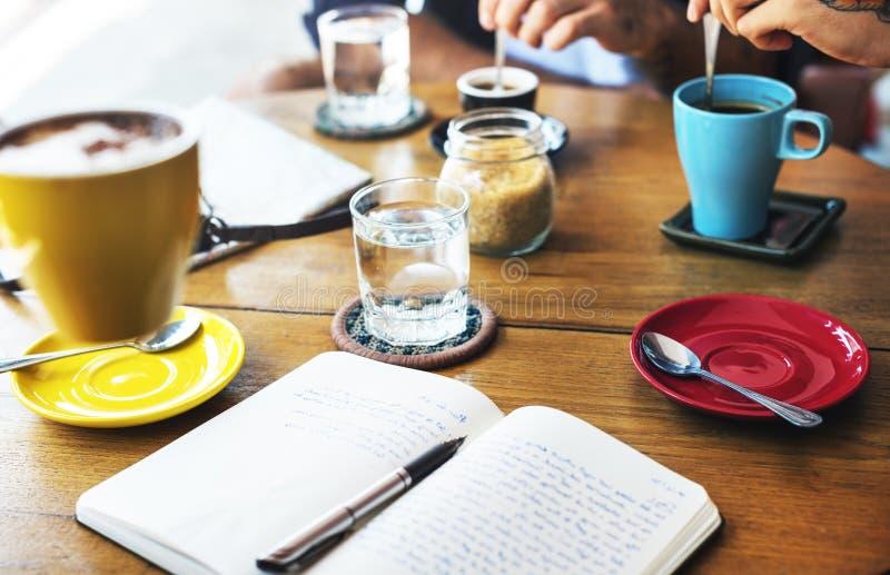 Πρόγραμμα συνεδρίασης του ελεύθερου χρόνου καφέ καφέδων που μοιράζεται την έννοια στοκ εικόνες