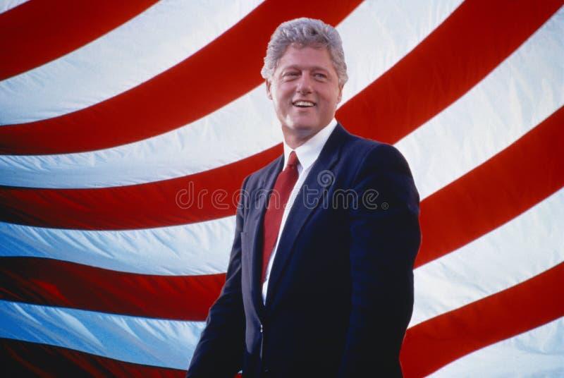 Πρόεδρος William Jefferson Clinton μπροστά από τα λωρίδες αμερικανικών σημαιών διανυσματική απεικόνιση