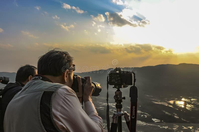 Πρόθυμοι φωτογράφοι που παίρνουν senset τις φωτογραφίες των πεζουλιών ρυζιού σε Bada Yuanyang στοκ φωτογραφία με δικαίωμα ελεύθερης χρήσης