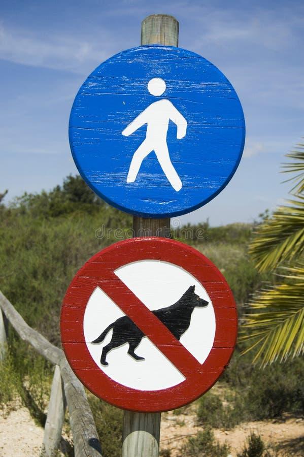 Πρόσβαση σημαδιών στα για τους πεζούς και απαγορευμένα σκυλιά στοκ εικόνες με δικαίωμα ελεύθερης χρήσης