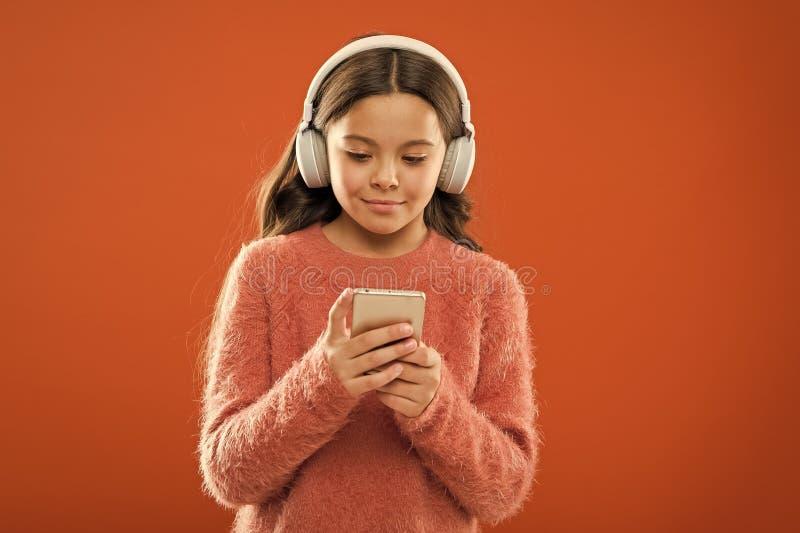 Πρόσβαση στα εκατομμύρια των τραγουδιών Απολαύστε την έννοια μουσικής Η καλύτερη μουσική apps που αξίζει ακούει Το παιδί κοριτσιώ στοκ φωτογραφία