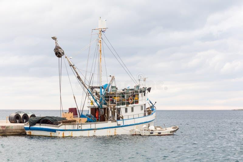 Πρόσδεση αλιευτικών σκαφών στην αποβάθρα στη Μεσόγειο στοκ εικόνες