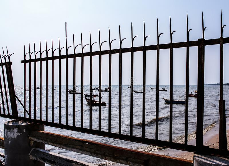 Πρόσδεση αλιευτικών σκαφών στη θάλασσα με το σκουριασμένο πρώτο πλάνο fench στοκ εικόνες