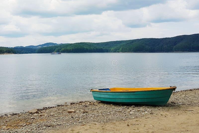 Πρόσδεση βαρκών πρόσδεσης στην αμμώδη ακτή της λίμνης Θέρετρο και αναψυχή των ανθρώπων κοντά στο νερό Διακοπές και ταξίδι μέσα στοκ εικόνες