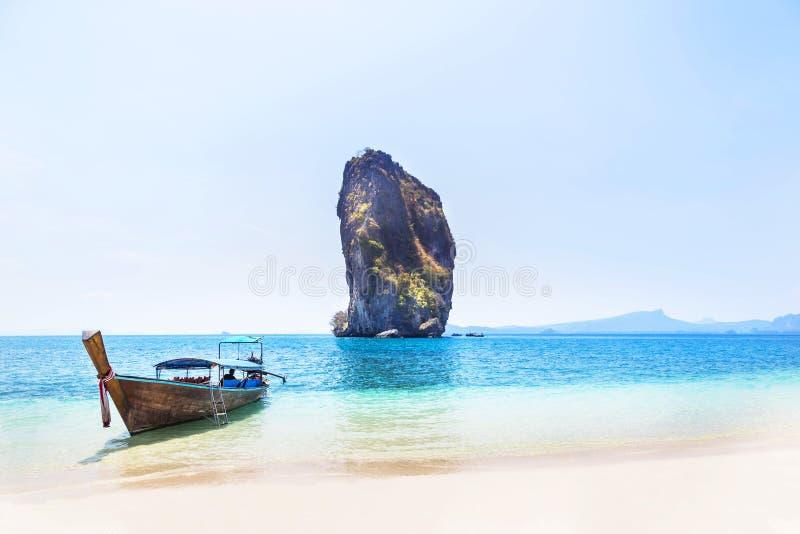 Πρόσδεση βαρκών Longtail στην τροπική παραλία στο νησί Ταϊλάνδη Poda στοκ εικόνες με δικαίωμα ελεύθερης χρήσης