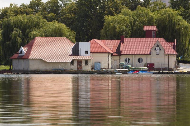 Πρόσδεση οικοδόμησης σταθμών νερού με τις βάρκες ενοικίου για τη μίσθωση που δένονται στην ακτή Έννοια αναψυχής στοκ φωτογραφία με δικαίωμα ελεύθερης χρήσης