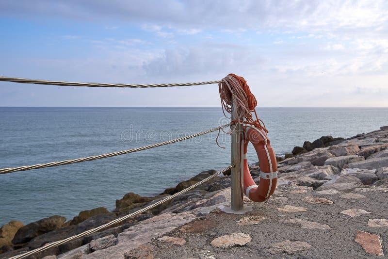 Πρόσδεση στα ξημερώματα με έναν σημαντήρα ζωής ενάντια στη θάλασσα στοκ φωτογραφίες