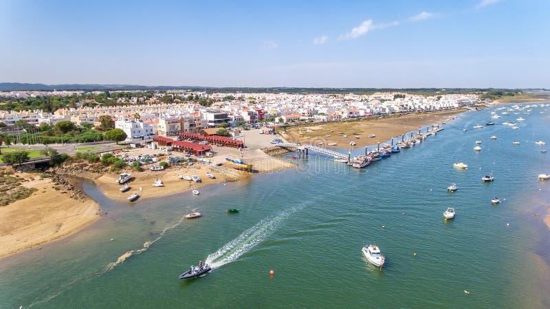 _ Πρόσδεση των αλιευτικών σκαφών στον κόλπο Ria Φορμόζα Cabans de Ταβίρα στοκ φωτογραφία