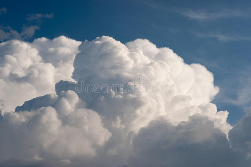 Πρόσθετα αυξομειούμενα σύννεφα σωρειτών στοκ φωτογραφία με δικαίωμα ελεύθερης χρήσης