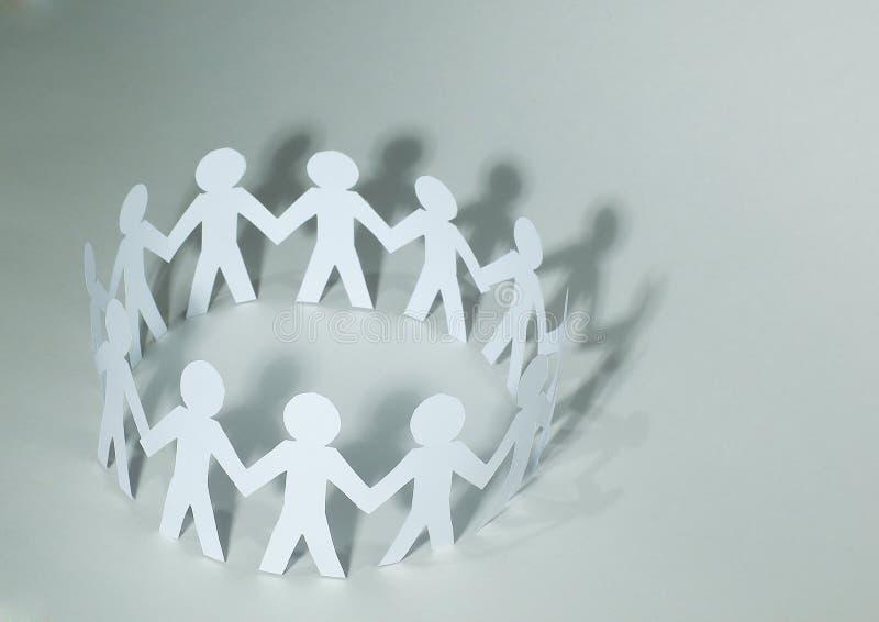 πρόσθετη επιχειρησιακή μορφή ανασκόπησης άτομα εγγράφου ομάδων που στέκονται τα χέρια εκμετάλλευσης στοκ εικόνα με δικαίωμα ελεύθερης χρήσης
