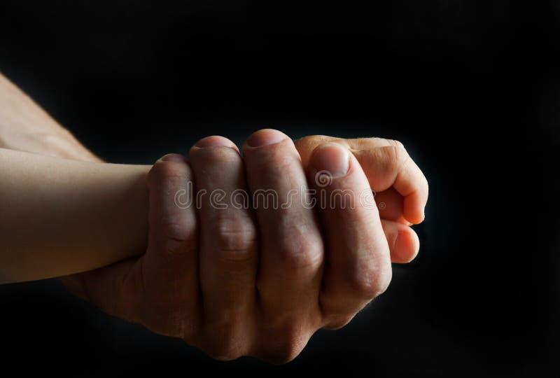 Πρόσκρουση πυγμών - πατέρας και γιος στοκ εικόνα με δικαίωμα ελεύθερης χρήσης